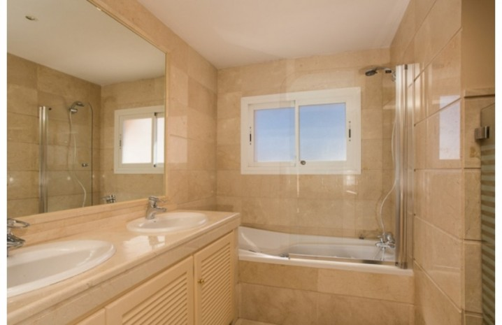 Penthouse In Nueva Andalucia - 7 - homeandhelp.com