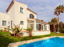 Frontline Golf Villa In La Duquesa - homeandhelp.com