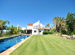 Luxurious modern style villa in Los Almendros - homeandhelp.com