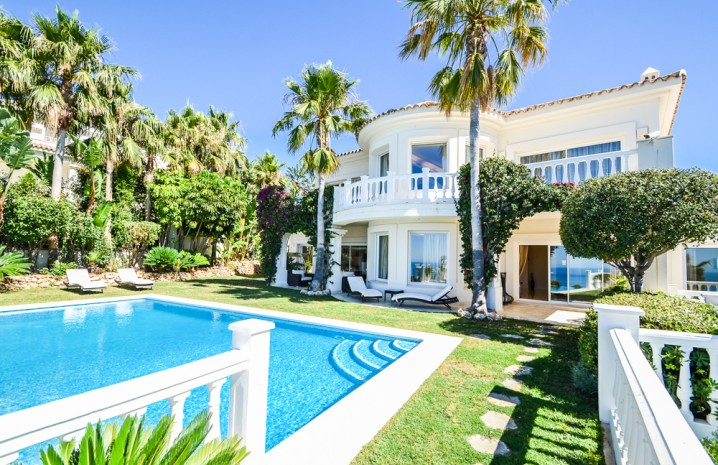 Luxurious Villa for Sale in Altos de Los Monteros - 1 - homeandhelp.com